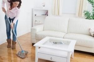 limpiando pisos de cerámica